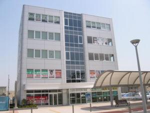 研究学園駅前岡田ビルの正面。当院は5Fです。